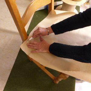 Tracage du gabarit à la main à l'aide d'une créer pour une précision d'expert