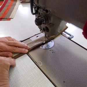 Le savoi-faire de notre couturière vous garantit un résultat soigné. Réalisation artisanale