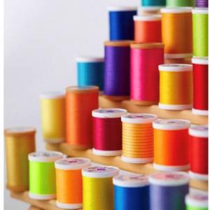 le lot de 10 fils à coudre 100 mètres en coton de marque COATS, harmonie de 10 couleurs variées